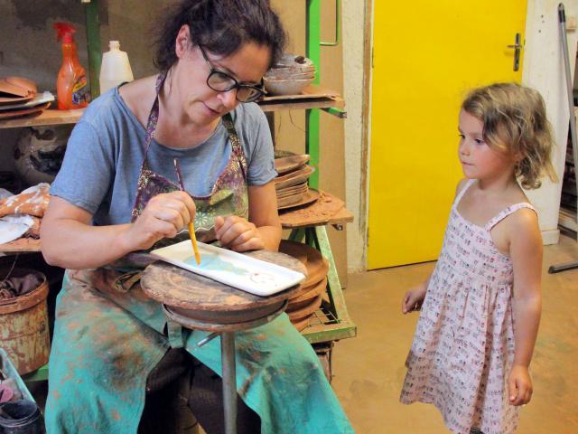 Céramiste au travail à l'atelier de poterie Hostein Noe à Aubagne