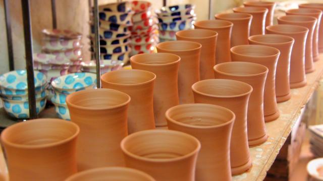 Séchage de poteries - Atelier de poterie Hostein Noe à Aubagne.