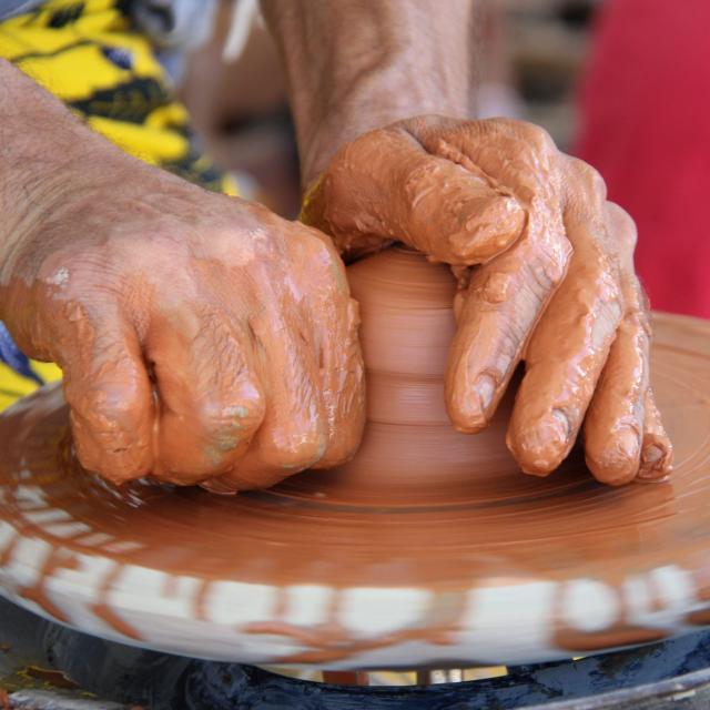 argilla-ceramique-tournage-mains-potier-pays-daubagne-scaled.jpg