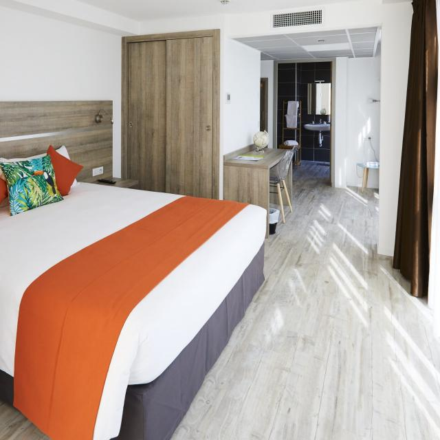 chambre-appart-hotel-hebergement-la-girafe-oti-aubagne-scaled.jpg