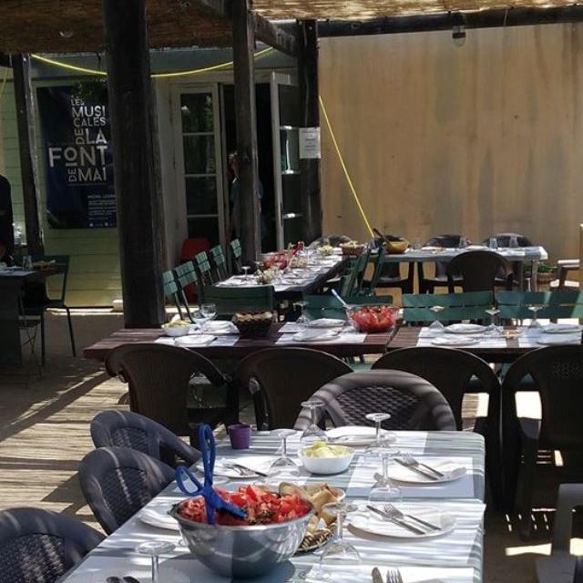 Tables pergola buvette Font de Mai OTI_Aubagne